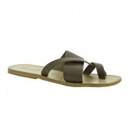 Sandalias tangas en cuero de color de barro hechas a mano