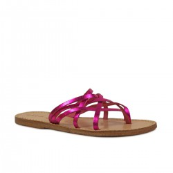 Ladies thong slippers in fuchsia laminated leather