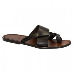 Hand gefertigte Sandalen mit braunem Lederriemengeflecht um den großen Zeh und Ledersohle