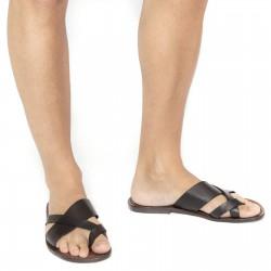 Correas de cuero marrón de la trenza alrededor del dedo pie del gordo y la suela de cuero