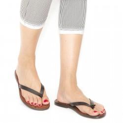 Flache handgearbeitete Riemchen-Sandalen für Frauen aus dunkelbraunem Leder