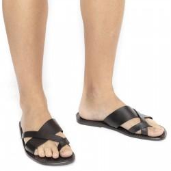 Hand gefertigte Sandalen mit schwarzen Lederriemen um den großen Zeh und Ledersohle
