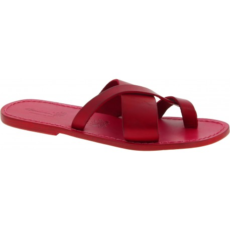 Rote Leder-Flip-Flops auf der großen Zehe und der Ledersohle