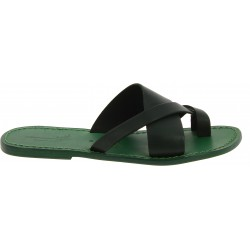 Handgemachte geflochtene Flip-Flops aus grünem Leder am großen Zeh