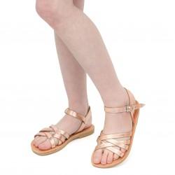 Sandalias trenzadas para niña en piel de becerro laminada oro rosa con cierre de hebilla