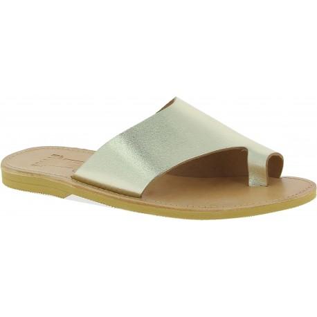 Handgefertigte Slip-On Tanga sandalen für Damen aus gold laminiertem Kalbs leder