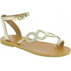 Sandalias planas para mujer con círculos hechas a mano en piel de becerro laminada dorada