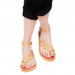 Handgefertigte Damen sandalen mit Kreisen aus nacktem Kalbsleder