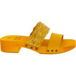 Zueco tacón de madera amarillo con banda de rafia y cuero