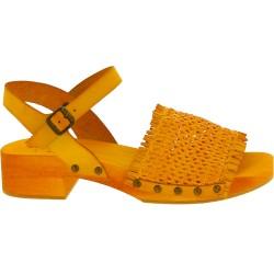 Zueco tacón de madera amarillo con banda de cuero genuino tejido