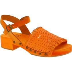 Zoccolo da donna arancio in legno con fascia in vera pelle intrecciata