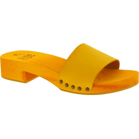 Zapatilla tacón de madera amarillo con banda de cuero hecho a mano