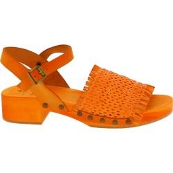 Zueco tacón de madera naranja con banda de cuero tejido