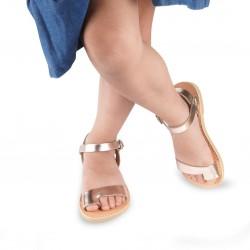 Sandalias para niña en piel de becerro oro rosa con cierre de hebilla